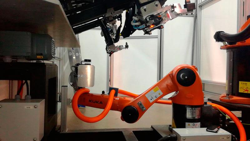 Robot KUKA con cámara de visión artificial
